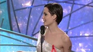 Angelina Jolie 1998 Altın Küre Ödülleri'nde